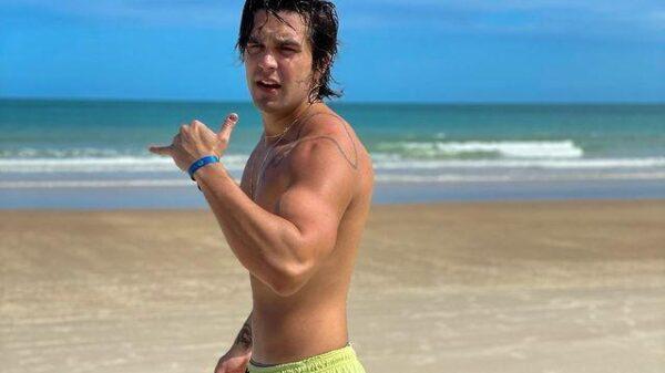 luan-santana-surge-sem-camisa-enquanto-renova-o-bronze-em-praia-na-bahia