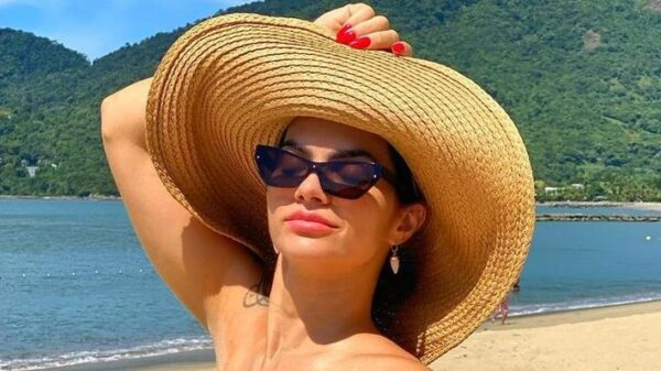 na-praia,-kelly-key-arranca-suspiros-ao-exibir-corpao-real-de-biquini:-'perfeita'