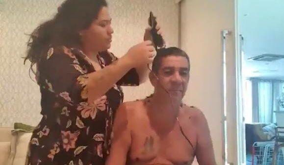 """com-ajuda-da-filha,-zeca-pagodinho-raspa-a-cabeca-em-casa:-""""cabelo,-ok"""""""