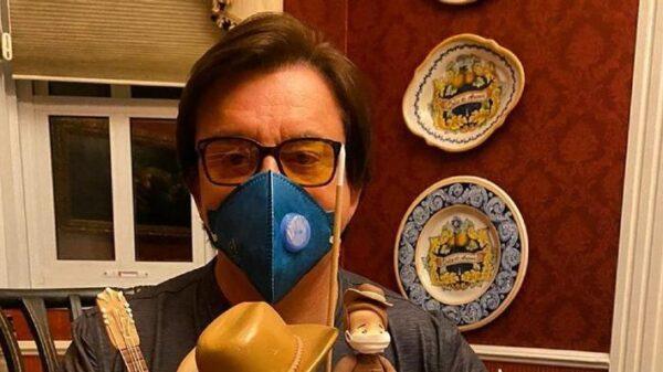 de-mascara,-chitaozinho-comemora-66-anos-com-bolo-de-aniversario-especial:-'inesquecivel'