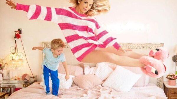 karina-bacchi-chama-atencao-ao-aparecer-voando-em-foto-com-o-filho