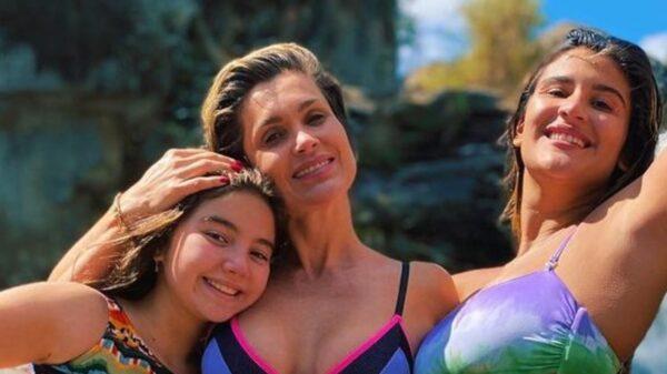 Flávia Alessandra curte banho de cachoeira com as filhas