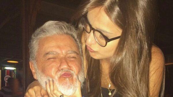 Mari Palma aparece brincando com o pai