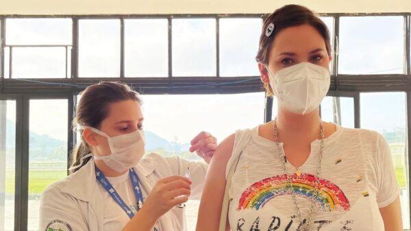 Mayana Moura recebeu a primeira dose da vacina contra a covid-19. Foto: Reprodução/Instagram