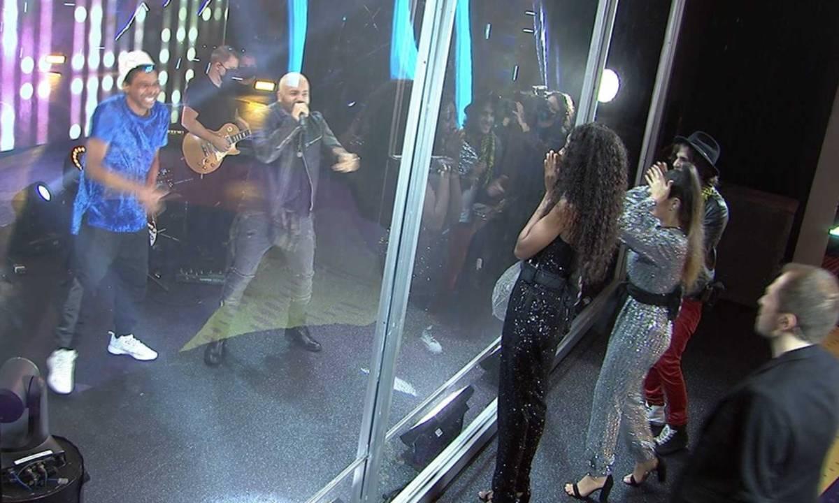 Projota e Lucas Penteado cantam juntos na Final do BBB21 — Foto: Globo