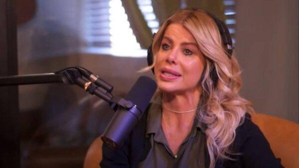 Karina Bacchi chora ao falar do casamento