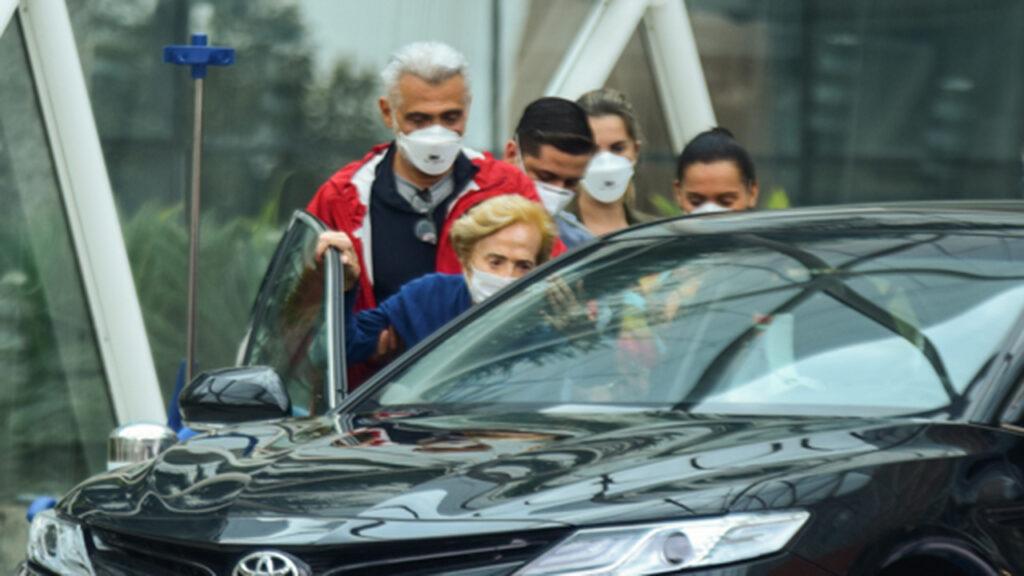 Gloria Menezes deixa o hospital na companhia do filho, Tarcísio Meira - Crédito: AgNews / Leo Franco