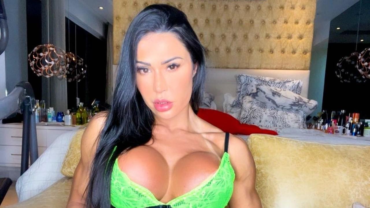 Gracyanne Barbosa sensualiza nas redes sociais